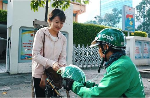 Chiếc nón bảo hiểm được chú Hiến gói cẩn thận trong túi nilông dành cho khách hàng