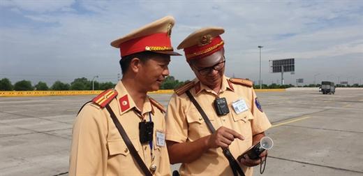 Tổ tuẩn tra của Cục CSGT được trang bị camera mini gắn ngực - Ảnh: GIANG LONG