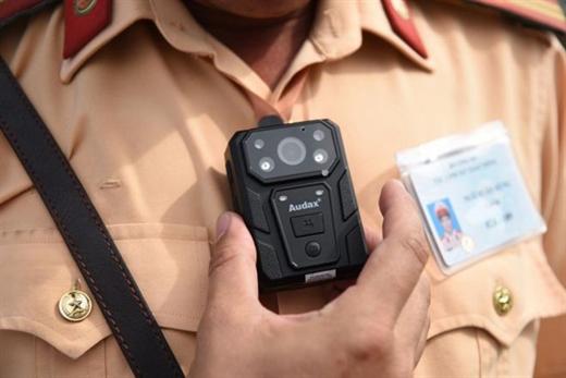 Chiếc camera mini gắn trên ngực áo cho một số tổ công tác để ghi hình, ghi âm toàn bộ quá trình hoạt động trong ca công tác - Ảnh: ĐỨC THUẬN