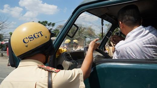 Lực lượng chức năng xử phạt nghiêm minh sẽ góp phần giảm ùn tắc, tai nạn và nâng cao văn hóa giao thông - Ảnh: THU DUNG
