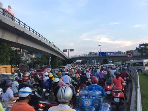 Tại TP.HCM, tình trạng ùn tắc, tai nạn giao thông xảy ra chủ yếu do ý thức chấp hành luật chưa cao - Ảnh: THU DUNG