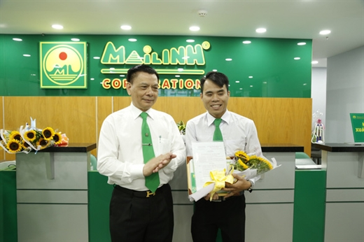 Lãnh đạo Tập đoàn Mai Linh trao thưởng cho tài xế Dương về hành động trả lại tài sản cho khách - Ảnh: Mai Linh cung cấp