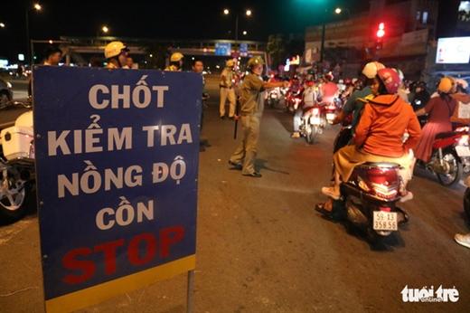 Chốt chặn kiểm tra nồng độ cồn tại đường Phạm Văn Đồng, quận Thủ Đức tối 24-7 - Ảnh: NGỌC PHƯỢNG