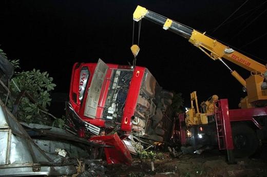 Một vụ tai nạn giao thông của xe khách xảy ra tại Đắk Lắk (tháng 7-2019). Trong ảnh: cẩu xe đưa nạn nhân tử vong ra ngoài - Ảnh: TRUNG TÂN