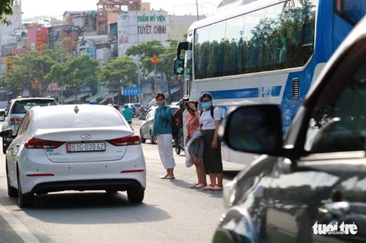 """Người đi bộ """"vượt qua dải phân cách, đi qua đường không đúng nơi quy định hoặc không bảo đảm an toàn"""" có thể bị phạt tiền từ 60.000-80.000 đồng - Ảnh: NGỌC PHƯỢNG"""
