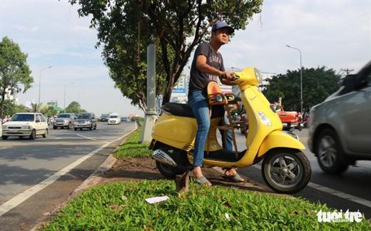 Dải phân cách trên đường Điện Biên Phủ, Q.Bình Thạnh, TP.HCM lộ cả lớp đất và cỏ cũng mất một đoạn vì người điều khiển xe máy chạy cắt ngang - Ảnh: NGỌC PHƯỢNG