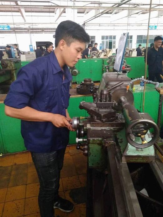 Phạm Minnh Đức trong giờ thực hành tại Trường ĐH Sư phạm kỹ thuật TP.HCM - Ảnh: NVCC