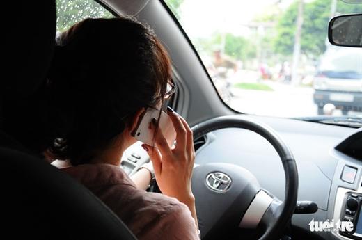 Nghe điện thoại khi lái xe tiềm ẩn nhiều nguy cơ gây tai nạn - Ảnh: TTD