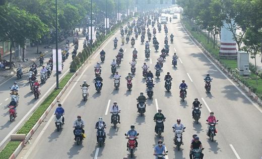 Xe máy lấn làn ôtô trên đường Phạm Văn Đồng, TP.HCM - Ảnh: Q.ĐỊNH