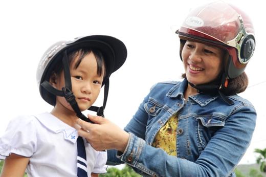 Chị Hải không chỉ đưa đón, mà đón vai trò là người mẹ quan tâm, động viên bé Thủy - Ảnh: LÊ TRUNG