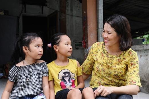 Hai chị em Hằng, Hạnh được cô Hải hai năm trời đưa đón đến trường, giờ các cháu đã tự đi xe đạp đến lớp, và còn là học sinh giỏi - Ảnh: LÊ TRUNG