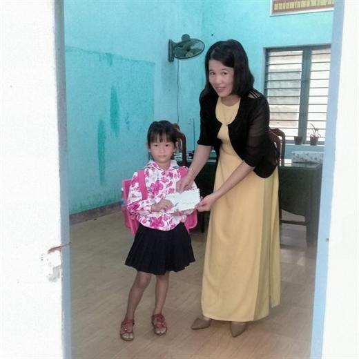 Chị Hải kêu gọi xã hội hỗ trợ tiền cho bé Thủy ăn học - Ảnh: NVCC