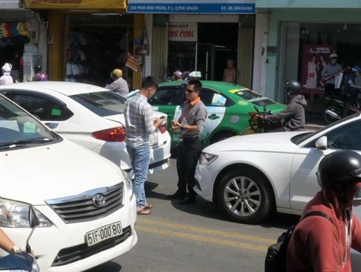 Một vụ va chạm giao thông ở quận Phú Nhuận, TP.HCM, hai tài xế đã ôn hòa, lịch sự trao đổi số điện thoại và chụp ảnh giấy tờ xe, sau đó giao cho bảo hiểm giải quyết - Ảnh: T.T.D.
