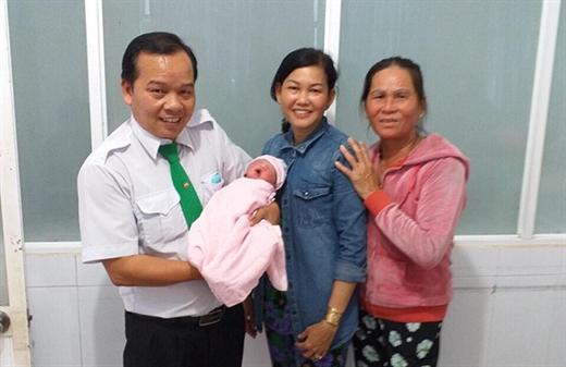 Tài xế taxi Biện Thanh Hoa và gia đình sản phụ Nguyễn Thị Quý - Ảnh: BV Đa khoa TN