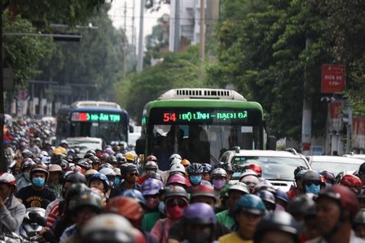Mật độ giao thông dày đặc khiến việc di chuyển của các tuyến xe buýt cũng gặp nhiều khó khăn. Trong ảnh là xe buýt tại TP.HCM - Ảnh: TTO