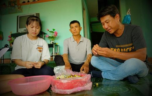 """Anh Vũ (bìa phải) đến nhà tân sinh viên Đào Thị Ngọc Hồng chia sẻ và làm hồ sơ học bổng """"Tiếp sức đến trường"""" cho Hồng - Ảnh: TRẦN MAI"""