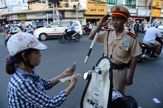 Cảnh sát giao thông TP.HCM chào người lái xe khi dừng phương tiện để kiểm tra - Ảnh: TL