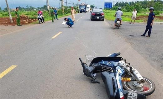 Hiện trường vụ lái xe không đội mũ bảo hiểm tông thẳng vào CSGT khi bị ra hiệu lệnh dừng xe - Ảnh: TTO