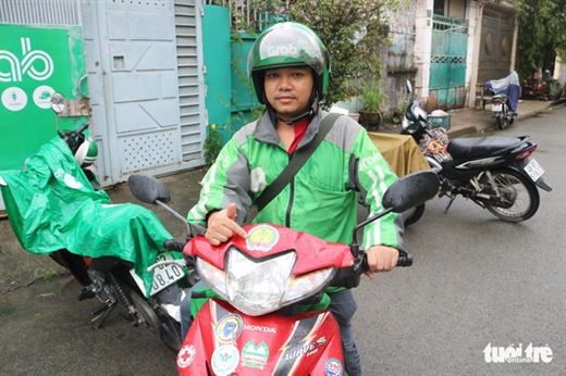 Anh Nguyễn Viết Trung tại điểm hỗ trợ Nguyễn Oanh quận Gò Vấp - Ảnh: THU HIẾN