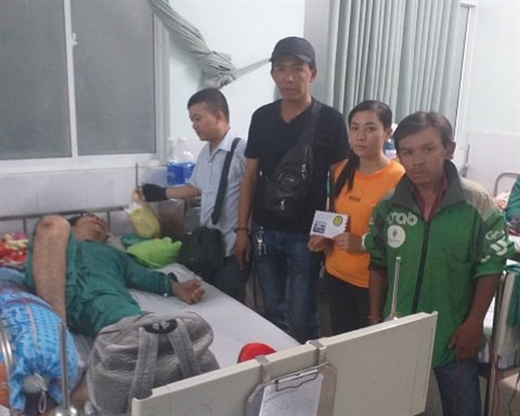 Anh Trung và các đồng nghiệp đến thăm và trao tiền cho một tài xế gặp nạn lúc đi làm, tại Bệnh viện Nhân Dân 115 - Ảnh: NVC
