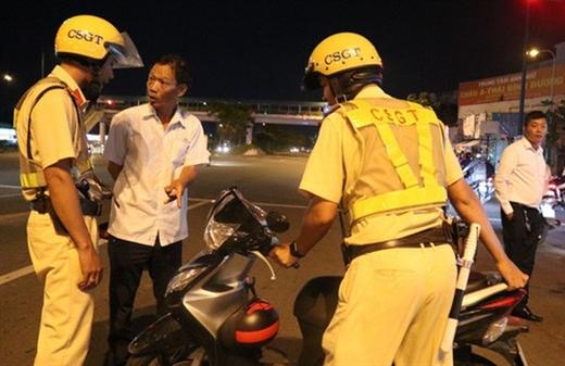Cảnh sát giao thông không phải chào theo điều lệnh nếu người lái xe say rượu - Ảnh: TTO