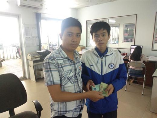 Đại diện HTX 19/5 trao lại toàn bộ tài sản và giấy tờ cho anh Đỗ Văn Đông (bên phải) - Ảnh: M.C