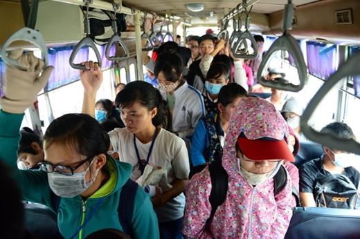 Hành khách đi xe buýt ở TP.HCM - Ảnh: QUANG ĐỊNH