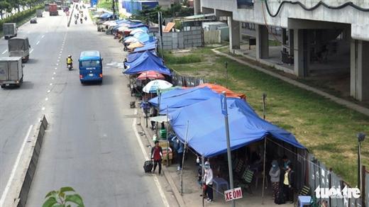 Dãy quán tạm bợ tại khu vực trạm chờ xe buýt thời điểm trước khi tháo dỡ - Ảnh: MINH HÒA