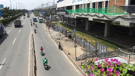 Khu vực trạm chờ xe buýt sau khi tháo dỡ dãy quán tạm bợ vào trưa 17-10 - Ảnh: MINH HÒA