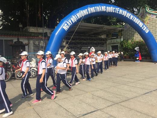 Hàng trăm học sinh Trường tiểu học Minh Đạo (Q.5) đi bộ hưởng ứng