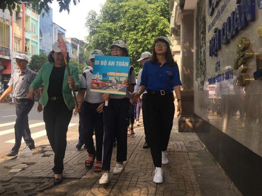 Toàn bộ học sinh đi bộ trên vỉa hè đúng quy định, đảm bảo an toàn giao thông - Ảnh: THU DUNG