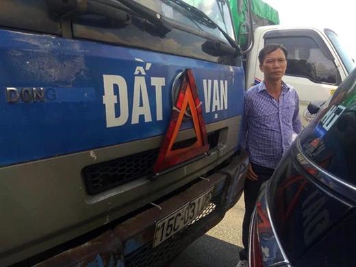 Tài xế Vũ Văn Luyện tại hiện trường vụ tai nạn sau khi không may điều khiển phương tiện tông phải đuôi xe ôtô 7 chỗ do anh Khải lái - Ảnh: LÊ QUANG KHẢI