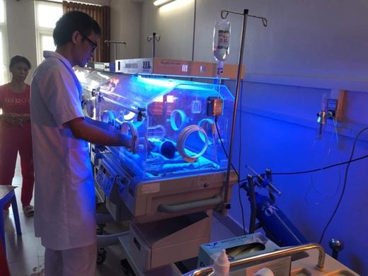 Cháu bé sinh non trên xe taxi hiện được chăm sóc đặc biệt tại Bệnh viện Đa khoa Hợp Lực (TP Thanh Hóa) - Ảnh: Bệnh viện cung cấp