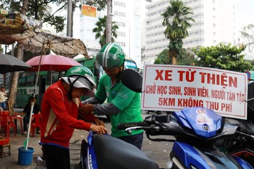 Trưa ngày 29 -10, anh Quí chở miễn phí một cụ bà từ Bệnh viện Chợ Rẫy ra bến xe Chợ Lớn để về nhà - Ảnh: NGỌC PHƯỢNG