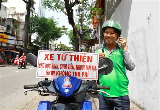 Tài xế Trần Văn Quí hào hứng khoe mới tậu được cái biển cho người nghèo dễ nhận diện ra anh - Ảnh: NGỌC PHƯỢNG