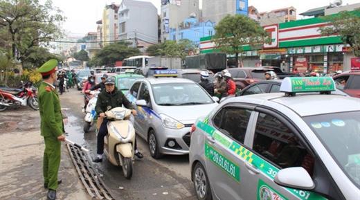 Dự thảo nghị định cho phép taxi dán chữ XE TAXI có phản quang trên kính trước và sau của xe thay vì hộp đèn TAXI trên nóc xe - Ảnh: CHÍ TUỆ