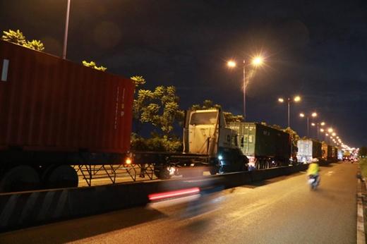 Hàng loạt xe tải dừng, đậu ngay trên xa lộ Hà Nội gây cản trở giao thông - Ảnh: NGỌC PHƯỢNG