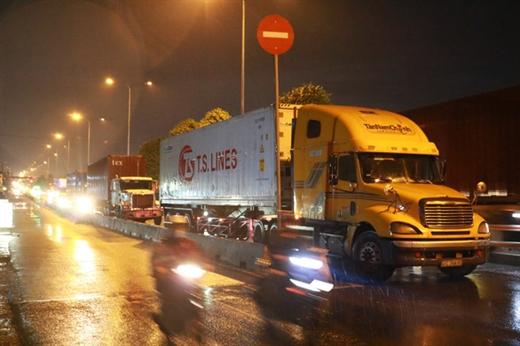 Nhiều xe tải nặng, xe container ngang nhiên ra vào TP.HCM trong khung giờ cấm - Ảnh: NGỌC PHƯỢNG
